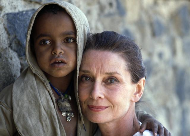 http://3.bp.blogspot.com/-ZoqKVRq6LY4/TZsf6AEJMSI/AAAAAAAAABY/nUJLMmPIhD8/s1600/Audrey+Hepburn%252C+UNICEF+ambassador+in+Ethiopia2.jpg