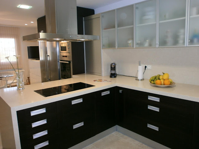 cocina wengue y blanco