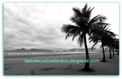 Foto Preto e Branco de um trecho de uma das praias de Santos, São Paulo.