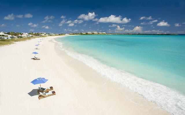Foto van een prachtig zandstrand en een blauwe zee