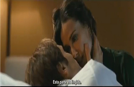 David Duchovny y Demi Moore a punto de besarse en la película Amor por contrato