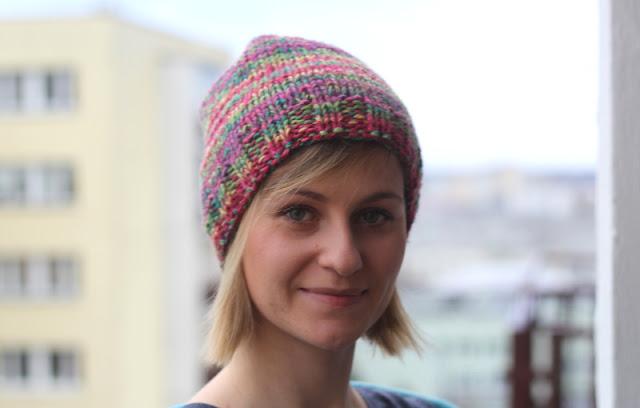 Prosta czapka wełniana na grubych drutach