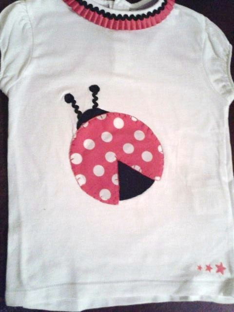 camiseta hecha a mano con detalle de mariquita y plisado en el cuello