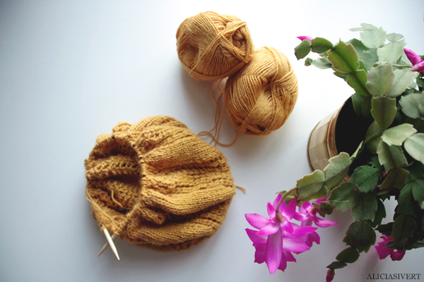 aliciasivert, alicia sivertsson, knitting, knit, handicraft, handcraft, yellow, mustard, yarn, flower, skicka, skickning, rundstickor, garn, senapsgul, alpacka, alpacca