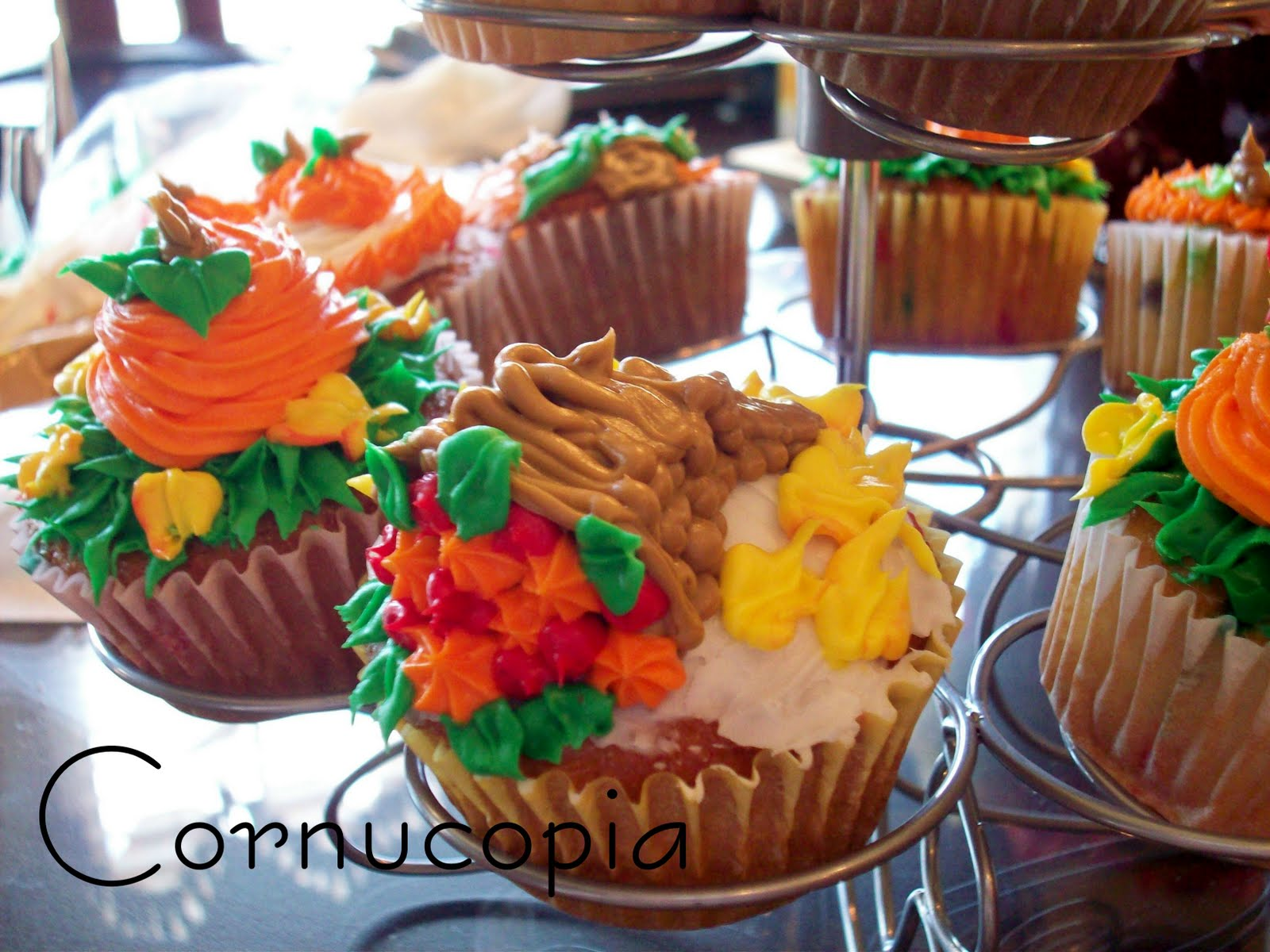 Fall Themed Cupcake Ideas http://thelifeofjenniferdawn.blogspot.com/2011/09/fall-cupcakes.html