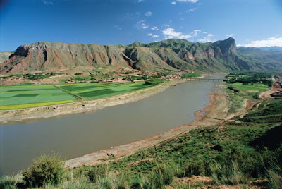Sungai huang he atau sungai kuning, aliranya dimulai dari sisi timur