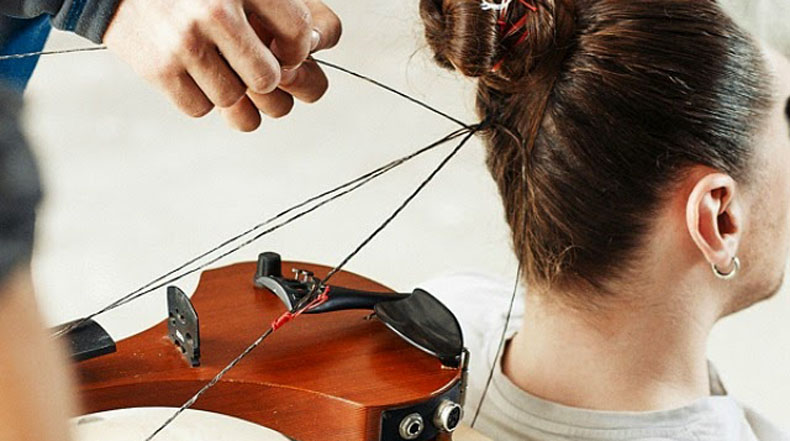 Artista transforma mechones de su propio pelo en las cuerdas reproducibles de un violín