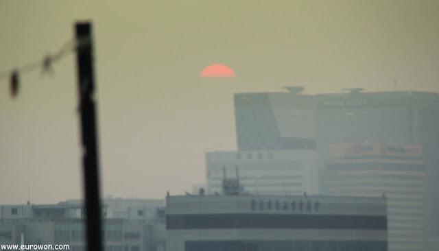 El sol ocultándose tras la contaminación de Seúl
