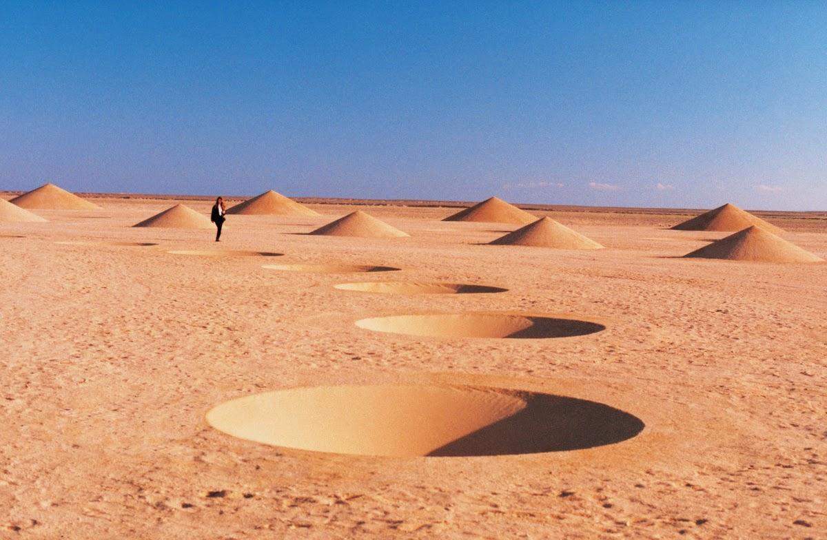 صورة حفرة وقمم من نفس الصحراء