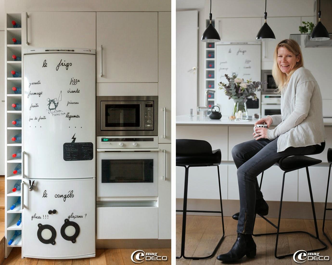 Sur une porte du réfrigérateur, un sticker Hamster 'Le Repère des Belettes', tasse à poids 'Collection Paola Navone pour Monoprix'