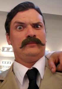 Oscar López Arias com bigote falso