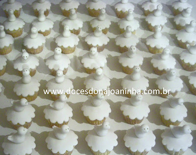 Mini cupcakes decorados com pombinha branca para batizado