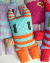 http://translate.google.es/translate?hl=es&sl=en&u=http://jezzeblog.blogspot.com/2006/10/pattern-for-small-dolls.html&prev=/search%3Fq%3Dhttp://jezzeblog.blogspot.com.es/2006/10/pattern-for-small-dolls.html%26safe%3Doff%26biw%3D1429%26bih%3D961