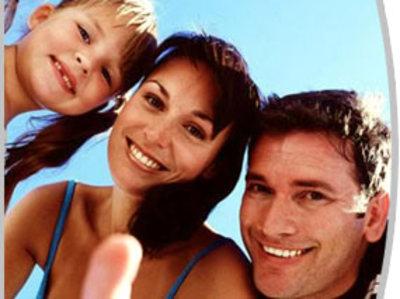 Foto de las sonrisas de una familia (papá, mamá e hija)