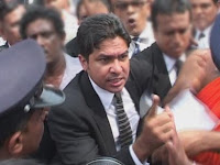 """Sujeewa Senasinghe in a conflict with a Police constable while performing """"Road Show"""""""
