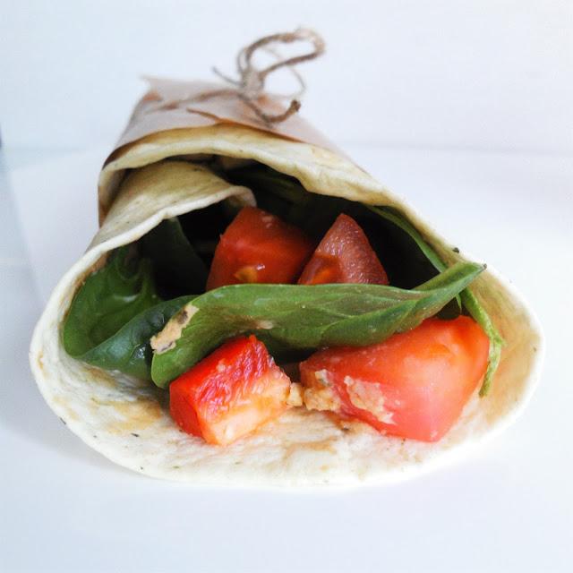 tortilla z hummusem i warzywami