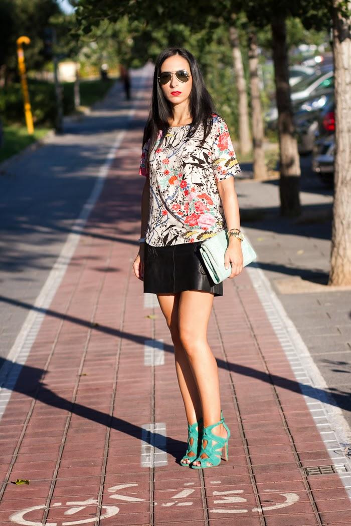 Blusa de estampado Oriental y Falda de cuero bordada de Zara