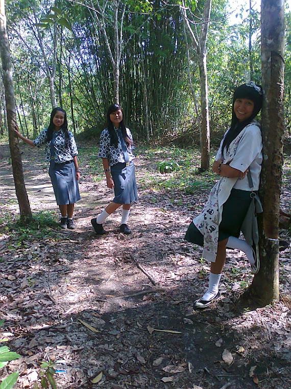 bersama ria .. gita .. bellaa di hutan .. :D