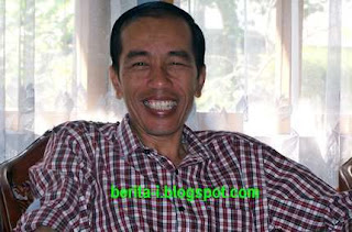 Foto Jokowi Peraturan Gubernur Kenaikan UMP DKI Jakarta 2013