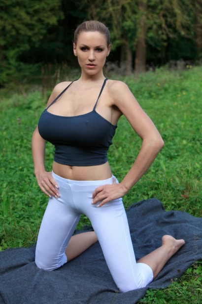 Celebrity Modeling Jordan Carver Sexy Yoga Gallery