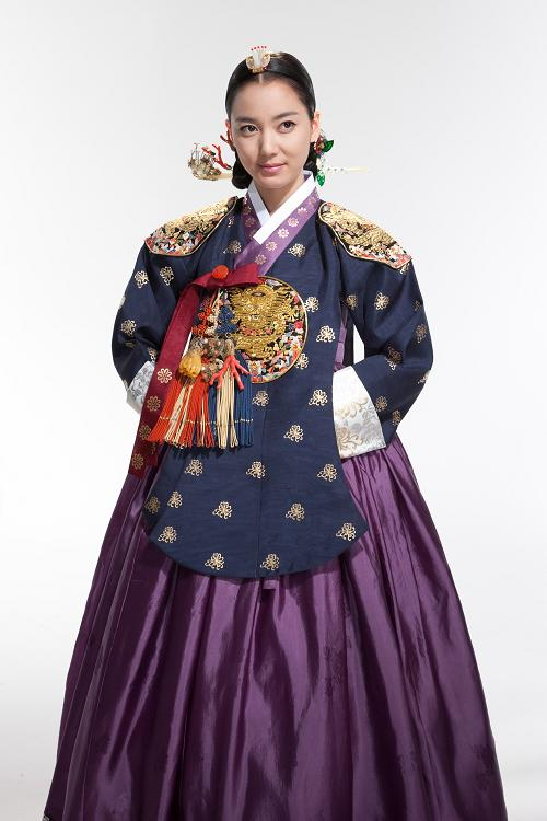 Kali Ini Queen Inwon Dengan Hanbok Ratu Warna Biru Nya