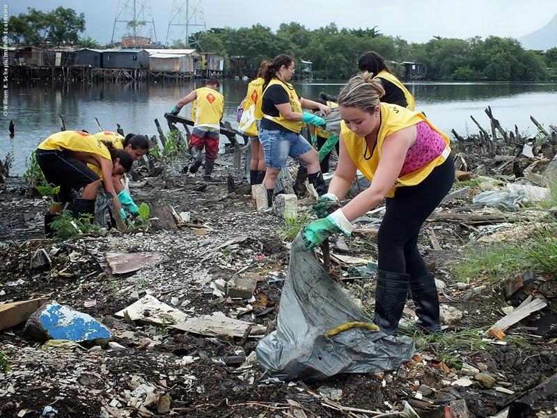Em meio a tanto lixo, voluntas priorizam a coleta do plástico.
