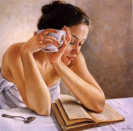 Mujer lectora durante desayuno