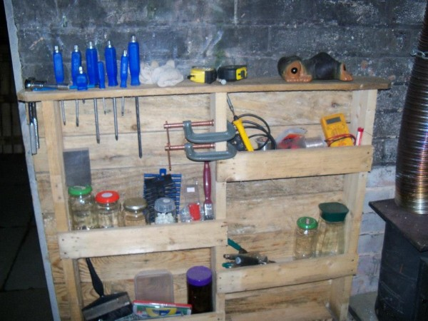 Estanter a para garage funcional hecha de palets - Estanterias para garaje ...