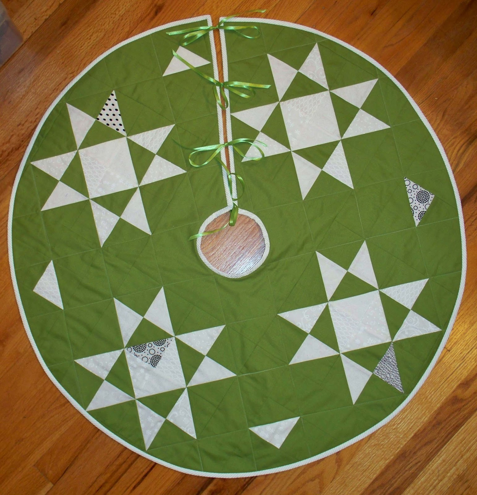 Free Quilt Patterns For Christmas Tree Skirt : Free pattern day! Christmas Tree skirts Quilt Inspiration Bloglovin