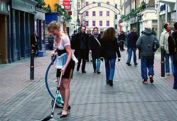 smešna slika: žena na ulici sa usisivačem