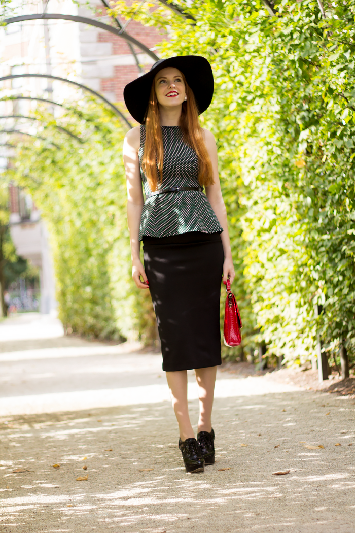 Vintage 50s style outfit with polka dots, midi skirt and a floppy hat