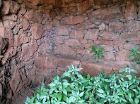 Detall de l'interior de la barraca amb un banc adossat al mur
