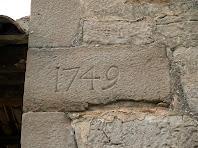 Pedra cantonera amb la data d'edificació de l'església actual