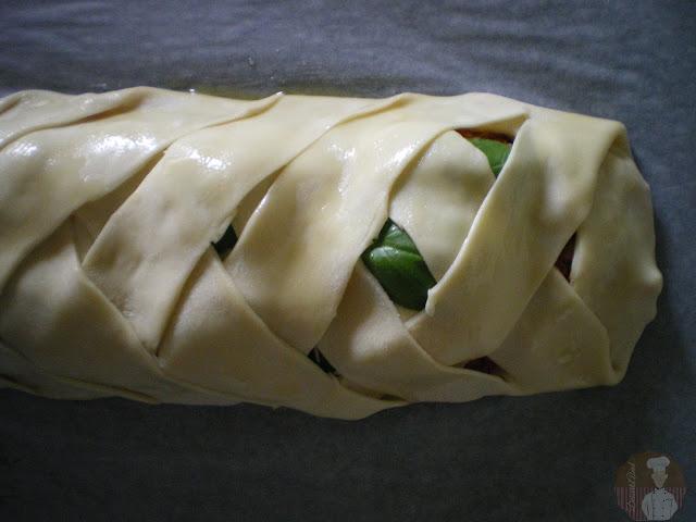 Stromboli fácil de pollo asado y mozzarella: trenzado terminado.
