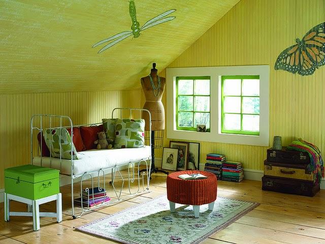 interior ruang tamu berwarna hijau