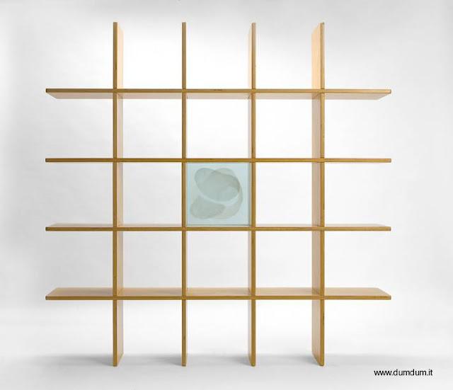 Construcción de madera de forma geométrica con estantes