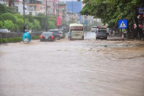 Đường phố Quảng Ninh ngập lụt sau trận mưa lớn sáng 17/7. Ảnh. Hoàng Thiên