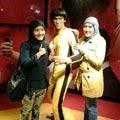 Ibunda Fatin dan Fatin Shidqia berfoto dengan patung Bruce Lee (Disneyland)