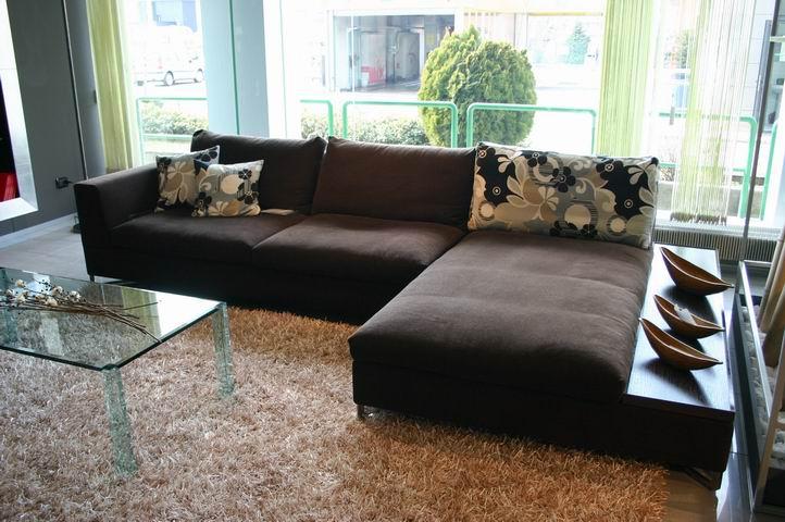 Disenar Una Sala De Estar En Linea ~ En una sala de estar rectangular y espaciosa puede colocarse un sofá