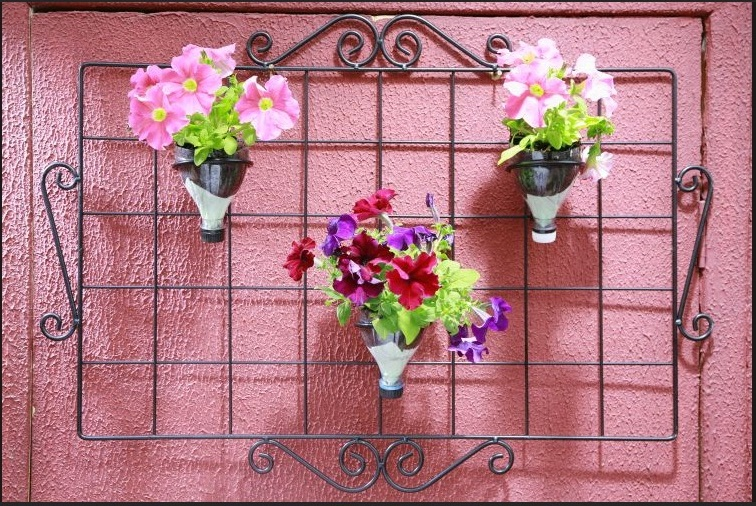 grade de jardim vertical : grade de jardim vertical:Jardim vertical com garrafas PET