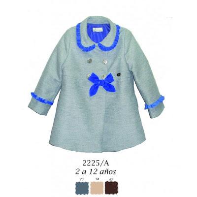 Abrigo de niña de DolcePetit, colección de invierno y con adornos en azul.