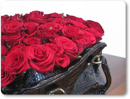 väska med rosor, röda rosor, alla hjärtans dags present, blommor till alla hjärtans dag