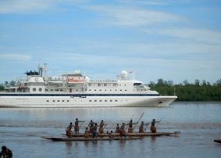'Si Putih' Tebar Pesona di Teluk Flaminggo