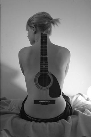 Tatuaje guitarra mujer