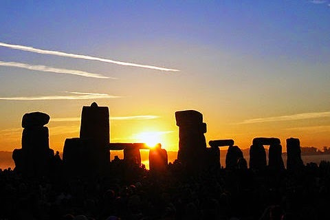 summer solstice sunrise over stone henge