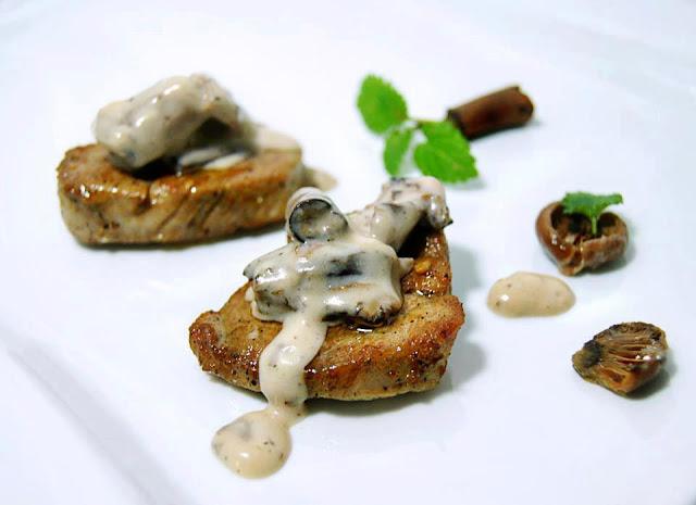 Polędwiczki wieprzowe z sosem grzybowym i natką pietruszki