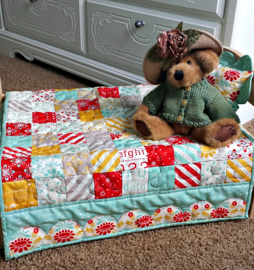 Ameroonie Designs: Scalloped border Doll Quilt