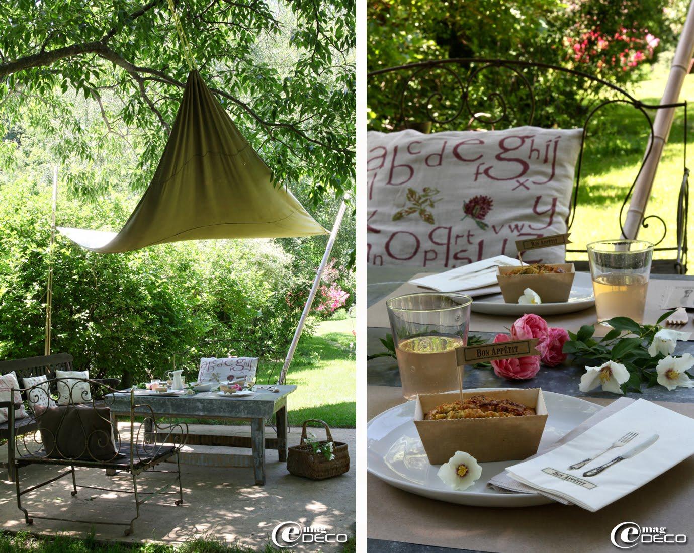 À Concoules, dans le Jardin du Tomple, Véronique et Stéphane ont installé un salon extérieur abrité sous une toile tendue entre des bambous
