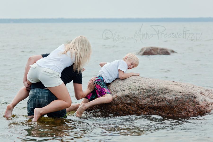 ema-isa-aitavad-poissi-kivile