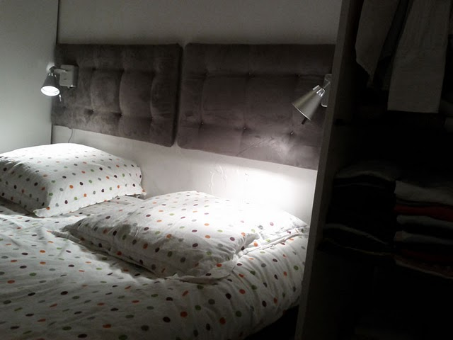 Ikea hack cabecero con cojines y l mparas de pared for Ikea lamparas de pared
